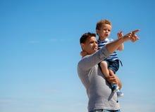 Farsa som pekar något till hans små Son Arkivbild