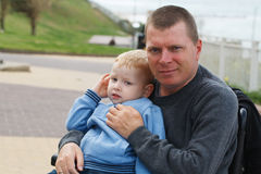 Farsalek med sonen utanför Royaltyfria Foton