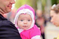 Farsan håller förestående ett småbarn Arkivbild