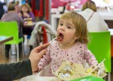 Farsan matar hennes dotter i kafé Arkivfoto