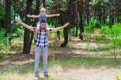 Farsan och dottern tycker om en semester i natur, en kopia av det fritt Royaltyfria Bilder