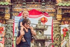 Farsan och sonen är turister på gatan i den portugisiska stilRoen Fotografering för Bildbyråer