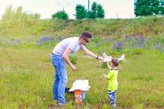 Farsan och sonen lanserar en nivå på radiokontrollen royaltyfri fotografi