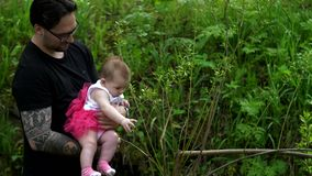 Farsan rymmer en dotter i henne armar stock video