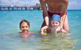 Farsan undervisar dig att simma den mest unga sonen i medelhavet bredvid din äldsta dotter arkivbild
