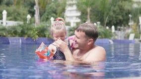 Farsan undervisar för att simma den lilla dottern lager videofilmer