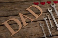 Farsatext vid skiftnycklar med hjärta formar på tabellen Royaltyfri Bild