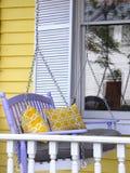 Farstubrogunga har gula dekorativa kuddar fotografering för bildbyråer