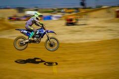 Fartfylld smutscykel på snabb motocrossloppkörning arkivfoto