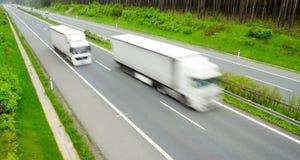 fartfyllda lastbilar Arkivfoton