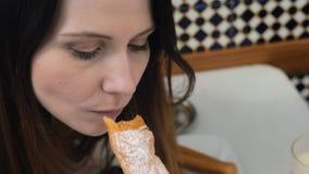 Fartons deliciosos con horchata en Valencia, España almacen de metraje de vídeo