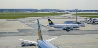 - 1, 2017 fartuch Frankfurt lotnisko FRANKFURT, NIEMCY, KWIECIEŃ - zdjęcia royalty free