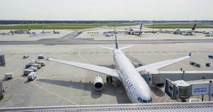 Fartuch Frankfurt lotnisko 1, 2017 - Skyteam samolot - FRANKFURT, NIEMCY, KWIECIEŃ - obrazy royalty free