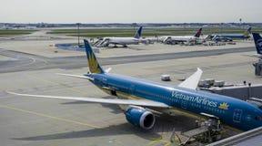 Fartuch Frankfurt lotnisko 1, 2017 - Wietnam linie lotnicze - FRANKFURT, NIEMCY, KWIECIEŃ - obraz stock