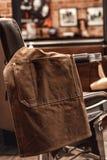 Fartuch na krześle w fryzjera męskiego sklepie zdjęcie royalty free