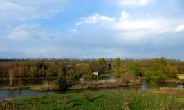 fartuch Wiosna krajobraz jeziorem zdjęcie stock