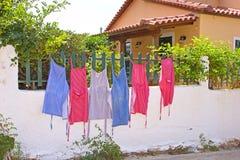 Fartuchy na ogrodzeniu zdjęcie royalty free