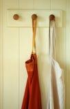 fartuchy powiesić parę zdjęcia stock