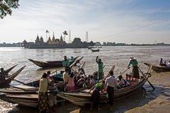 Fartyg över floden för den dyrkanYelena Paya pagoden, Myanmar Royaltyfria Foton