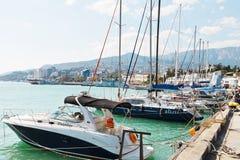 Fartyg along på strand i den Yalta staden Royaltyfria Bilder