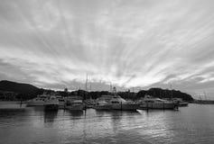 Fartyg anslöt i Nelson Bay på en molnig dag Arkivbild