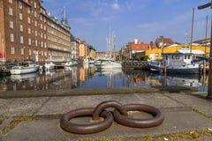Fartyg anslöt längs de Christianshavn kanalerna i Köpenhamn arkivbilder