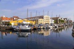 Fartyg anslöt längs de Christianshavn kanalerna i Köpenhamn fotografering för bildbyråer