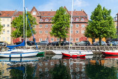Fartyg anslöt längs de Christianshavn kanalerna i Köpenhamn royaltyfria bilder