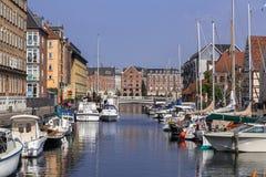 Fartyg anslöt längs de Christianshavn kanalerna i Köpenhamn royaltyfri bild