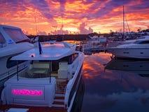 Fartyg anslöt på ottan för yachtklubban för gryning arkivfoto
