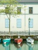 Fartyg ansluter på pir i Annecy, Frankrike Arkivbild