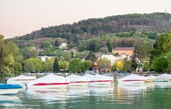 Fartyg ansluter på pir i Annecy, Frankrike Royaltyfri Bild