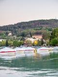Fartyg ansluter på pir i Annecy, Frankrike Royaltyfri Foto