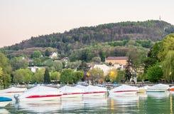 Fartyg ansluter på pir i Annecy, Frankrike Royaltyfria Bilder