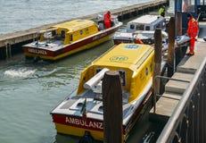 Fartyg av ambulanser på en pir nästan det huvudsakliga sjukhuset i Venedig fotografering för bildbyråer