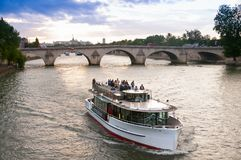 Fartyg av den turist- passagen i floden sena i eftermiddagen paris france 19-06-2010 Royaltyfri Foto