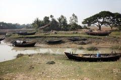 Fartyg av fiskare strandade i gyttjan på lågvatten på kusten av fjärden av Bengal Arkivbilder