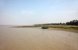 Fartyg av fiskare strandade i gyttjan på lågvatten på kusten av fjärden av Bengal Royaltyfri Foto