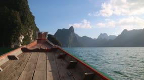 Fartyg av ratchaprapafördämningen av suratthanien Thailand royaltyfria foton