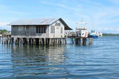 Fartyg bak ett fishershus i Sorong Arkivbilder