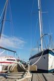 Fartyg bunden bakgrund för blå himmel Fotografering för Bildbyråer