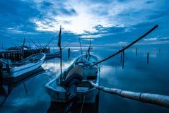 Fartyg eller kanoter i skeppsdockan och den blåa solnedgången i Campeche Mexico royaltyfri foto