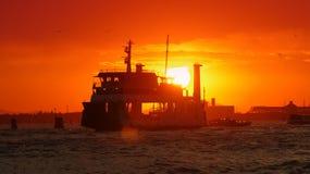 Fartyg eller kryssningskepp på solnedgången Royaltyfria Foton