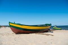 Fartyg eller skepp på den sandiga stranden Arkivfoto