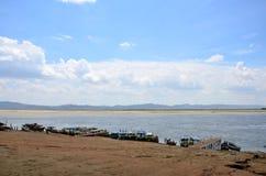 Fartyg för den tjänste- handelsresanden som svävar runt om den Irrawaddy floden på Bagan, Myanmar Fotografering för Bildbyråer