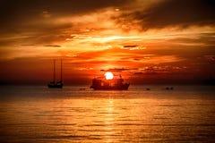 Fartyg för dykapparatdykning i solnedgång på den Koh Tao ön fotografering för bildbyråer