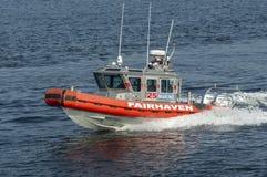 Fartyg för Fairhaven brandstationpatrull som skynda sig ut ur port Arkivbild