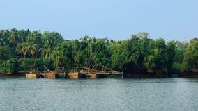 Fartyg för fiskare` s på den Mandovi floden arkivfoto