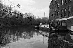 Fartyg för 14/04/2018 flod i London kanaler svart white Royaltyfri Bild