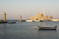Fartyg för hav för Rhodes ölandskap i hamn med slotten och kolonner Royaltyfri Fotografi